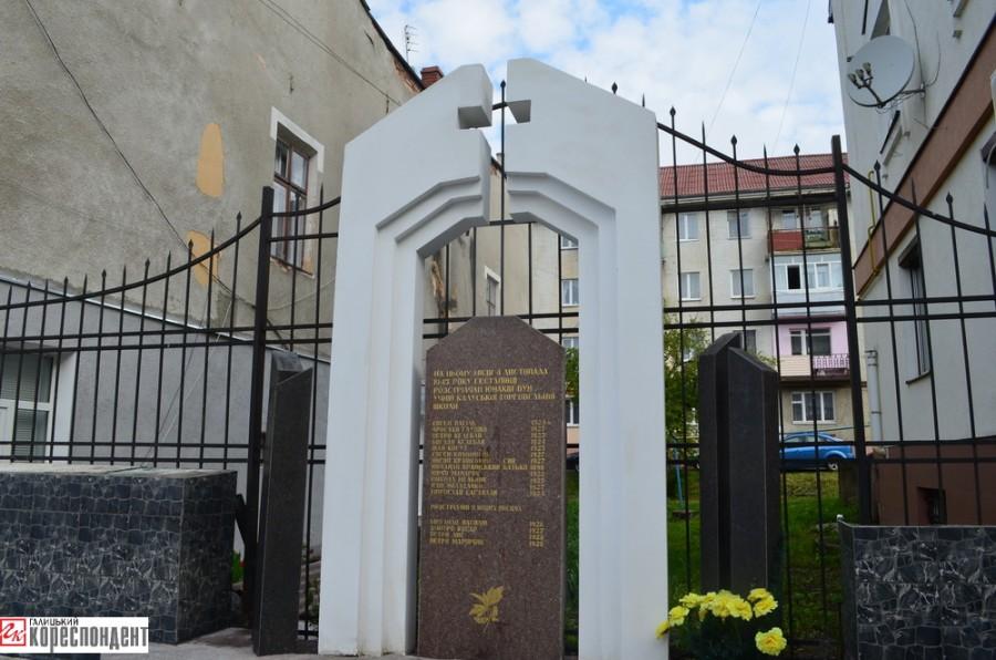 Пам'ятний знак школярам, розстріляним німцями-2