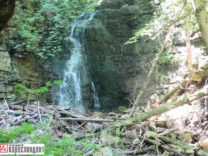 водоспад дзвінка здалеку