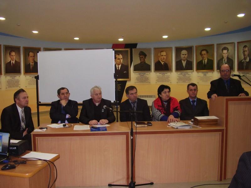 Президія конференції (зліва направо): М. Петрик, М. Верес, В. Романюк, М. Рожко, Г. Карась, В. Тимків, М. Головатий (виступає). Івано-Франківськ, 2011 р.