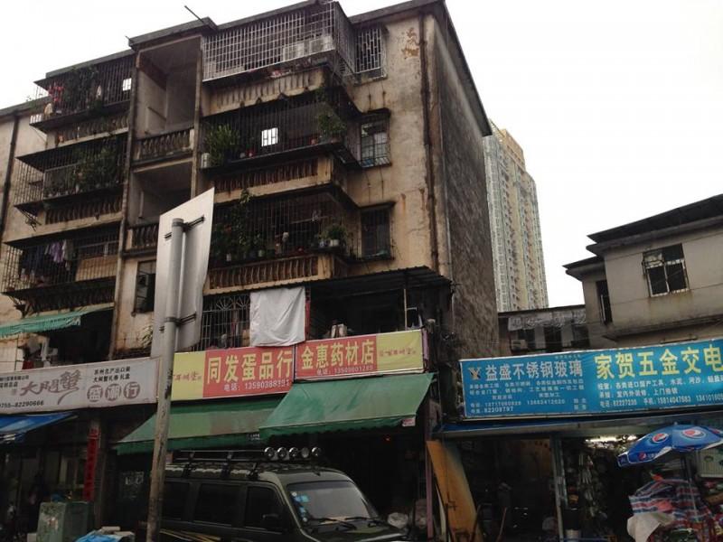 У Китаї майже все забудоване хмарочосами, але трапляються ще старі будинки