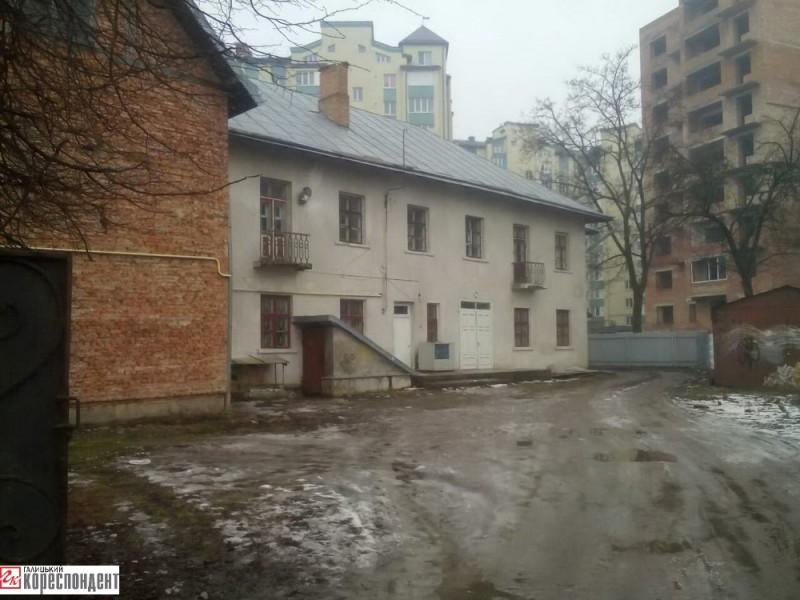 ДНЗ №27 «Оленка» на вул. Гарбарській, 20 закрили у 1992 р. Зараз там розташований паломницький центр Івано-Франківської архієпархії УГКЦ та церковна крамниця