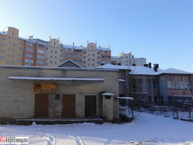 Частина приміщень садочку «Джерельце» (вул. Горбачевського, 11) закинута, а в іншій знаходиться магазин з продажу скутерів та фірма «Колд сервіс»