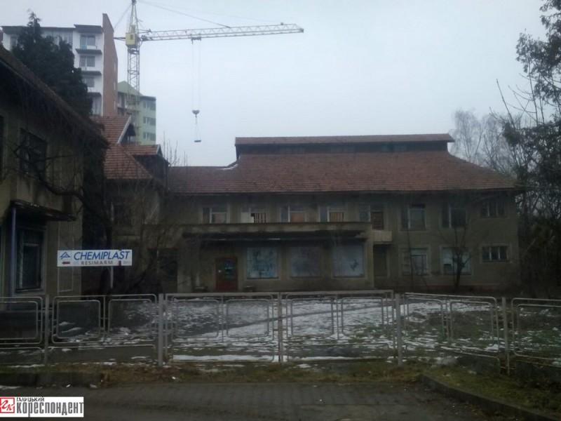 У садочку «Лісова казка» (вул. Шкільна, 16) з двома басейнами від «Прикарпатського меблевого комбінату» розташований стоматкабінет, фірма «Chemiplast» та ін. Решта приміщень закинуті