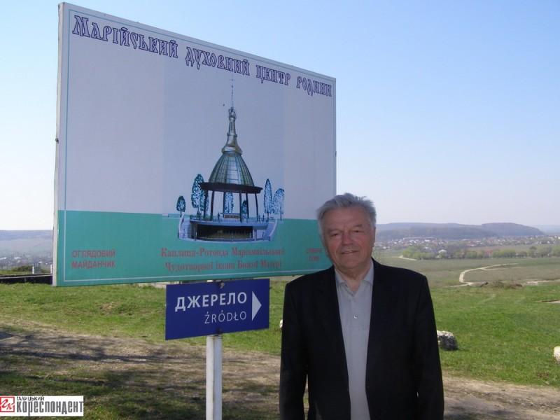 Професор Володимира Боцюрко презентує проектний образ ротонди