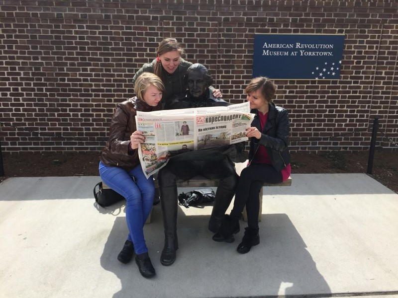 Журналісти читають ГК разом із Джорджем Вашингтоном у Йорктауні