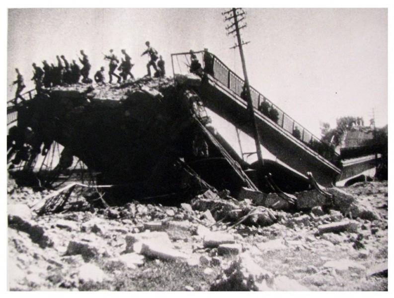 Поруйнований міст в Станиславові  (з радянської кінохроніки 1944 р.)