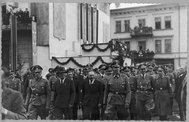 Німецькі вищі офіцери після закінчення виступу на площі А. Гітлера (Вічевий майдан)