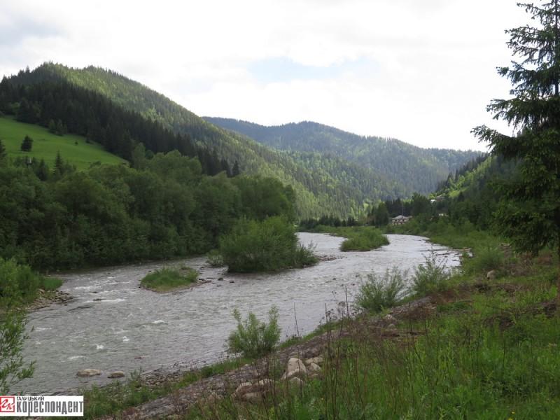 Тут річка утворює криву серед рівнини