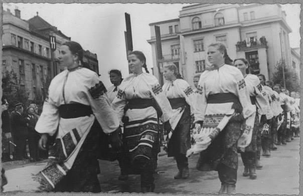 Українські дівчата ідуть походом вулицями Станиславова з нагоди свята Дивізії =Галичина=