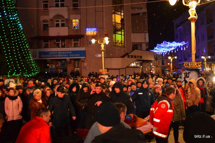 Небезпечне святкування: відкриття ялинки в Івано-Франківську закінчилося травмою студентки
