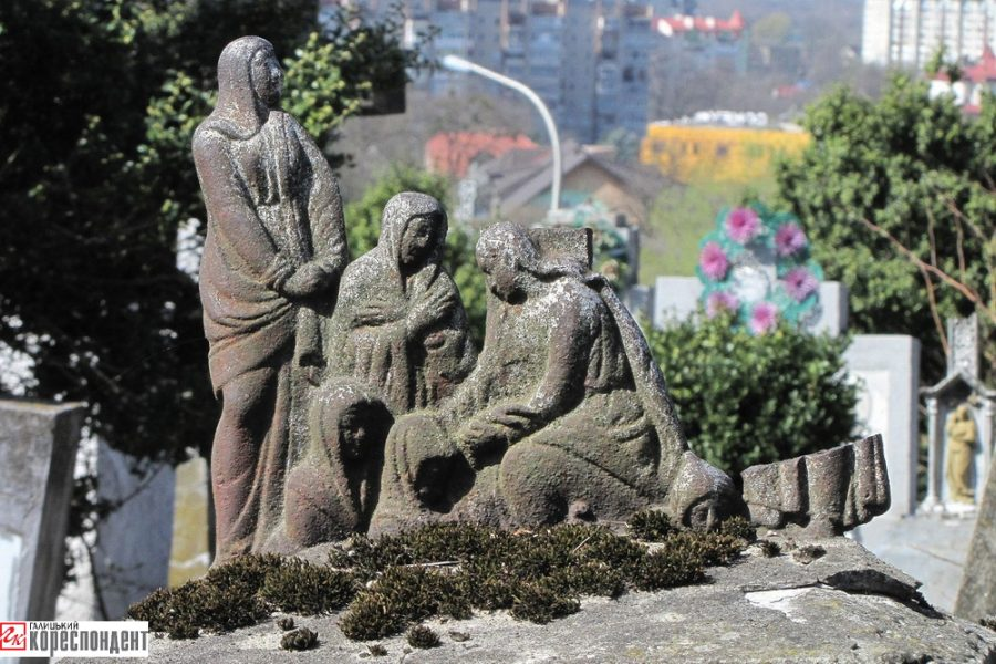 Учасник АТО та гірський рятувальник наводять лад та шукають цікаві поховання на старому міському кладовищі Калуша (фото)