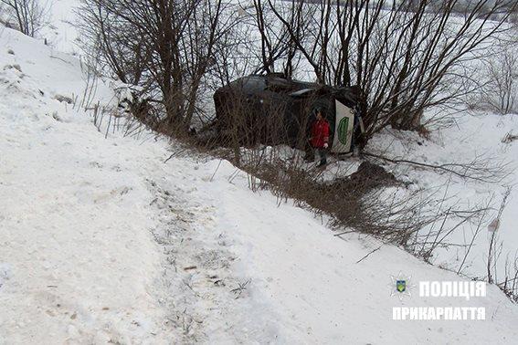 На Прикарпатті водій буса не впорався з керуванням і вилетів у кювет (фото)