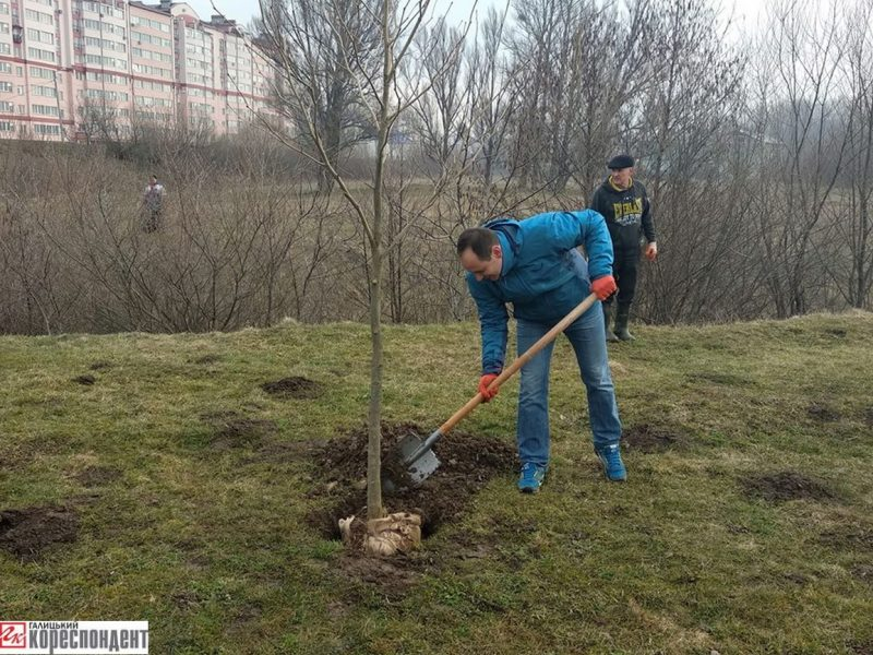 Мер Івано-Франківська приєднався до толоки поблизу Німецького озера (відео)