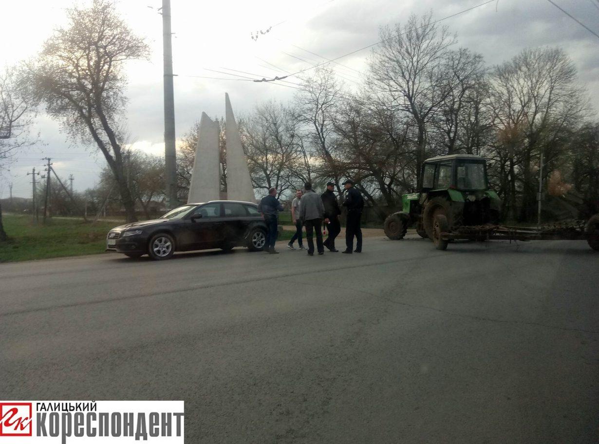 Біля Івано-Франківська не розминулись трактор та Audi (фото)