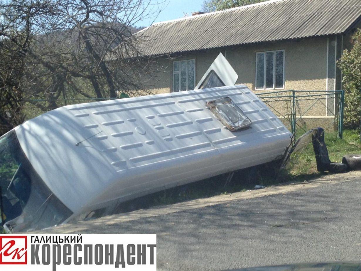 На Прикарпатті перекинувся автобус із пасажирами – водій загинув (фото, відео)