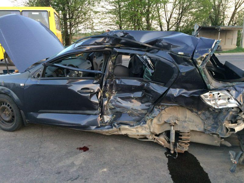 Під Івано-Франківськом Opel врізався вмаршрутку, двоє загиблих