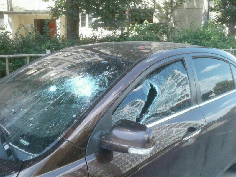 """Франківець шукає людину, яка порозбивала вікна його машини на """"Пасічній"""" (фотофакт)"""