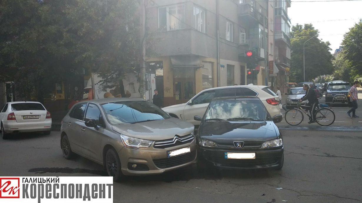 У Івано-Франківську трапилася ДТП за участю двох автівок