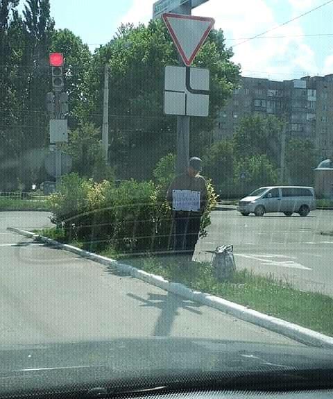 """У Франківську біля """"Метро"""" стоїть безхатько з табличкою """"Шукаю роботу"""" (фотофакт)"""