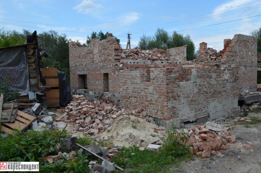 Як живе франківська родина у якої рік тому ущент згорів будинок із усім майном (фоторепортаж)