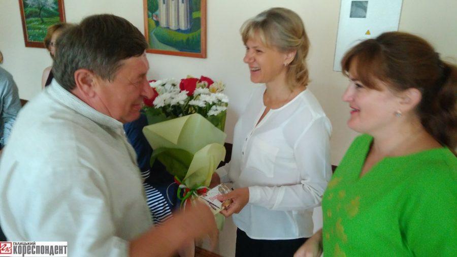 Конверт та квіти: Як міського голову Галича вітали з ювілеєм (фото+відео)