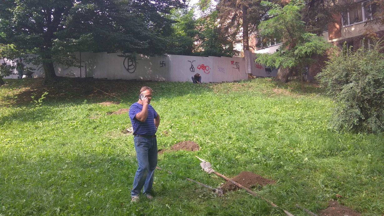 У Івано-Франківську, на Валах люди не дали забудовнику зводити паркан (фотофакт)