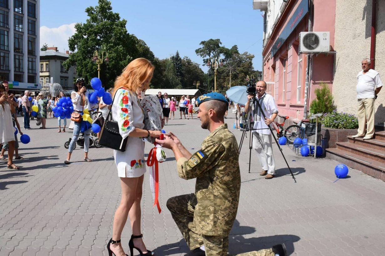 В День Незалежності, у Івано-Франківську військовий освідчився своїй коханій (фотофакт)