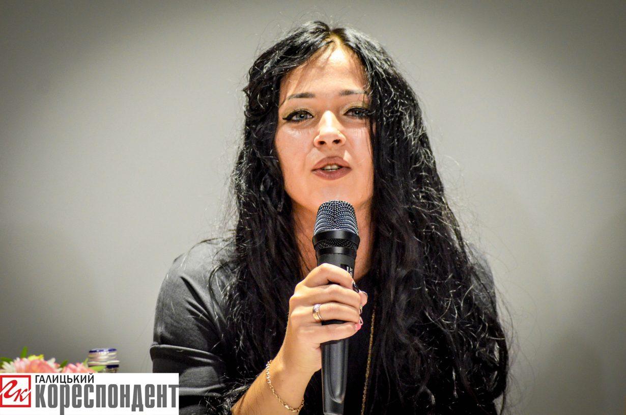 У Івано-Франківську красиві жінки читали еротичну прозу (фоторепортаж)
