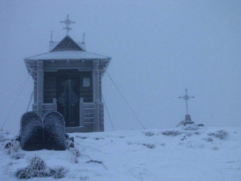 Високогір'я Карпат продовжує притрушувати снігом. Сніговий покрив вже сягає кількох сантиметрів (фотофакт)