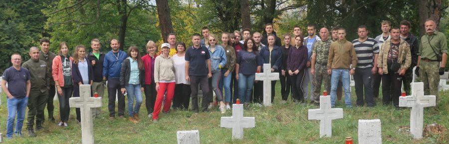 Волонтери впорядкували військовий цвинтар в Галичі (фоторепортаж)