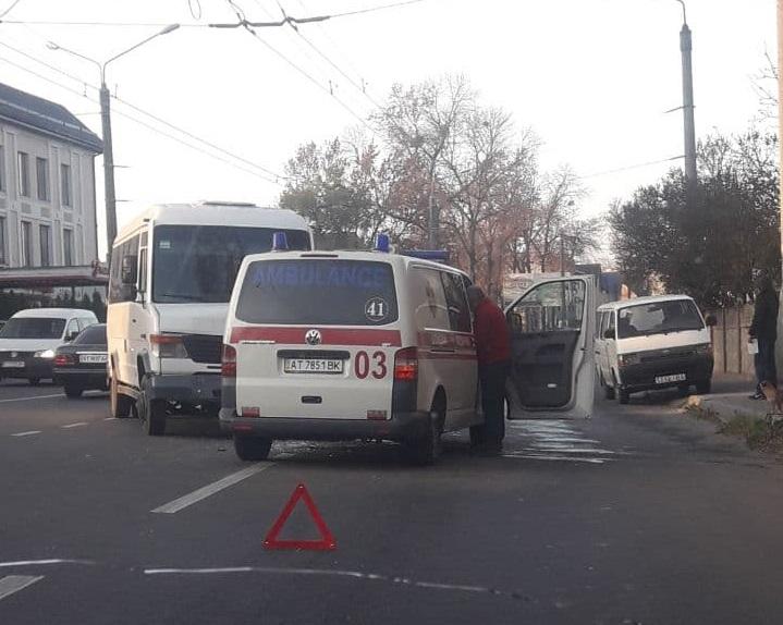 В передмісті Івано-Франківська зіткнулися швидка допомога та мікроавтобус (фоторепортаж)
