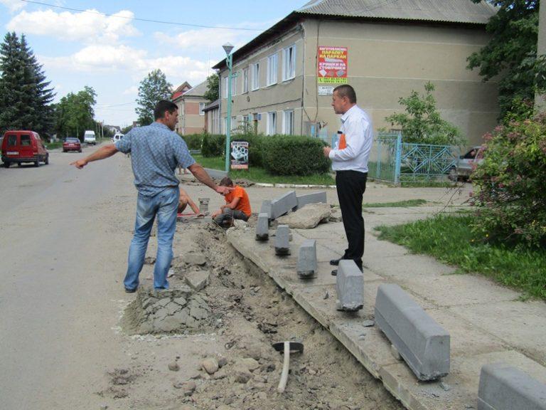 У Надвірній ремонтують стратегічно важливу вулицю (фоторепортаж)