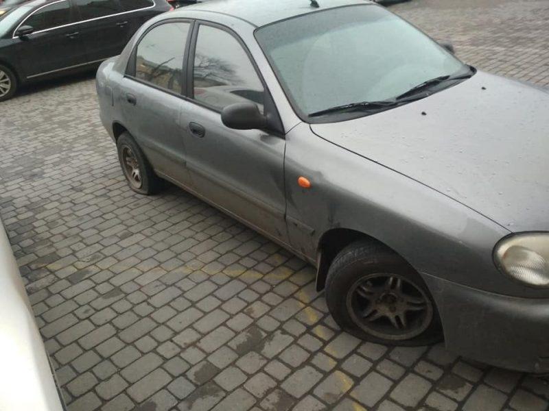 Відомому франківському активісту-антикорупціонеру цієї ночі порізали шини на автомобілі (фотофакт)