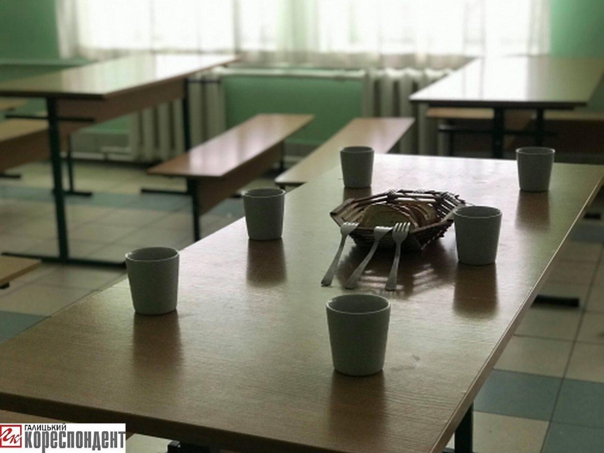 Протестуючи проти призначення директором школи «бютівця» Василя Ревчука, жителі Опришівець не пустили сьогодні своїх дітей до школи (фоторепортаж)