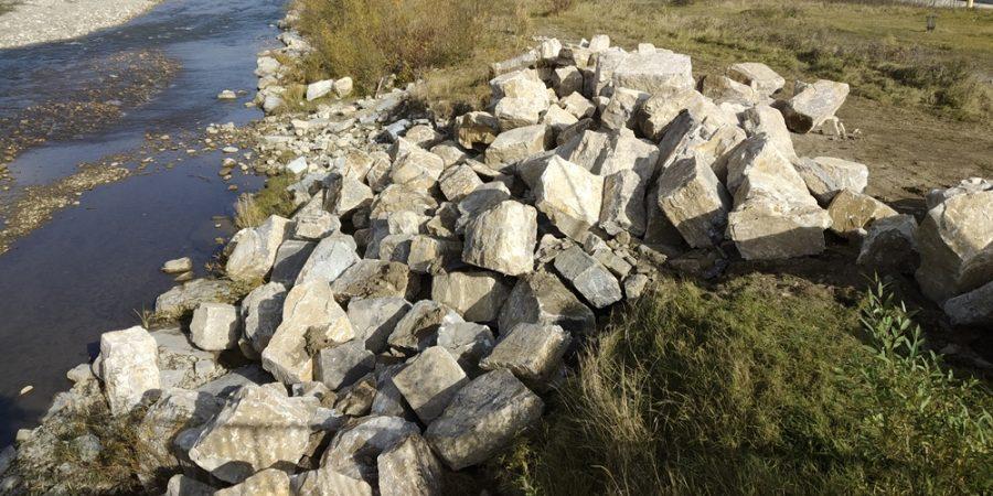 У Надвірній укріплюють береги річки (фоторепортаж)