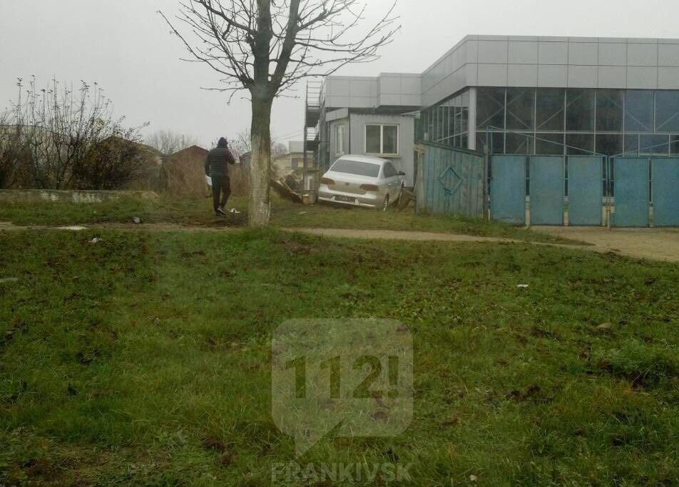 У Франківську легковик вилетів з дороги і врізався у паркан (фотофакт)