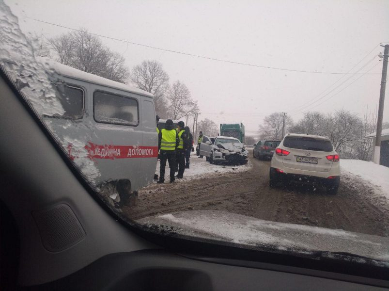 На нерозчищених прикарпатських дорогах масово продовжують траплятись ДТП (фоторепортаж)