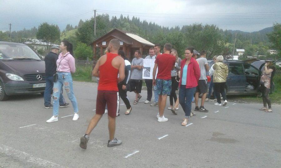 На Верховинщині місцеві жителі перекрили дорогу регіонального значення та вимагають ремонту (фото+відео)
