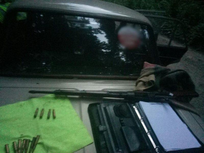 Стріляв по деревах: на Прикарпатті поліція вилучила у чоловіка зброю