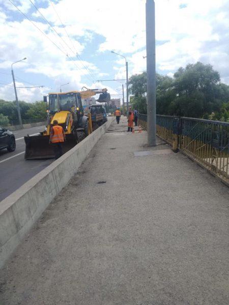 У Франківську взялись латати пішохідну зону мосту на Пасічну (фоторепортаж)