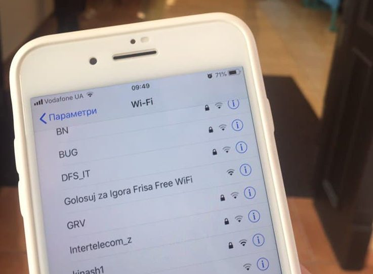 У Тисмениці за допомогою Wi-Fi закликають голосувати за одного з кандидатів (фотофакт)