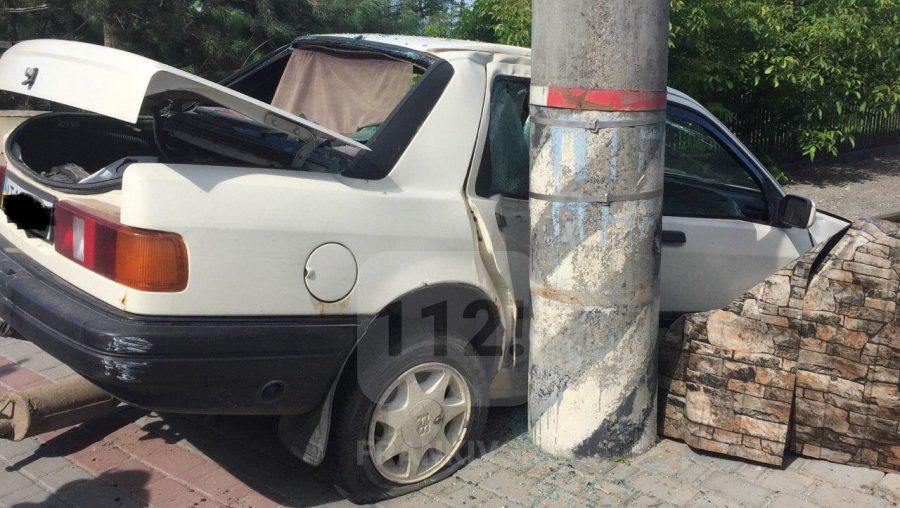 Неподалік Франківська автівка розтрощила огорожу (фотофакт)
