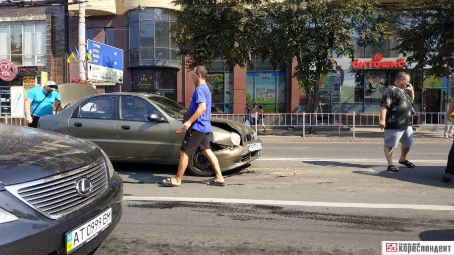 У Франківську зіткнулися дві автівки: є потерпілі (фотофакт)