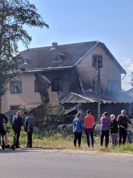 На Прикарпатті загорілась прибудова до будинку (відео)