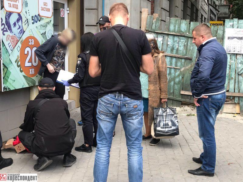 В середмісті Франківська правоохоронці затримали дівчину, ймовірно, з наркотиками (фоторепортаж)