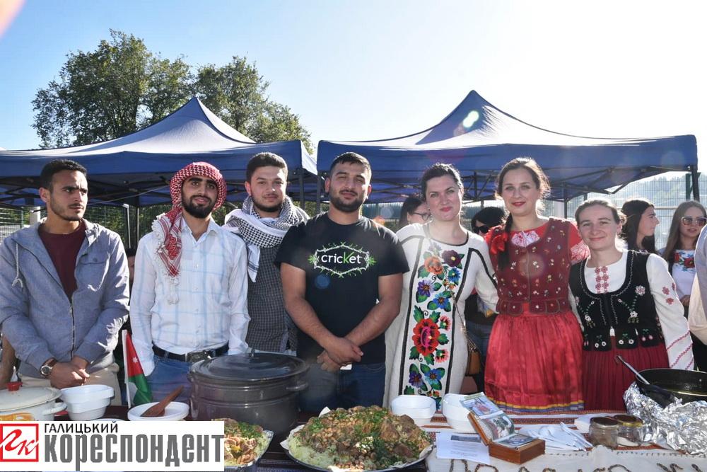 """На """"Ярмарку в Делятині"""" частували єгипетськими стравами та розважали гуцульськими танцями (фоторепортаж)"""