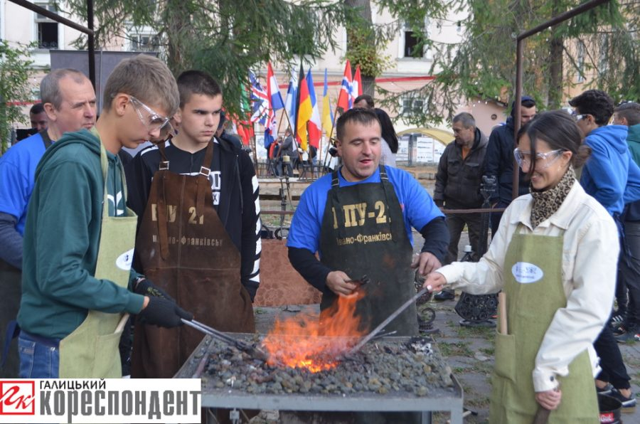 В Івано-Франківську юні ковалі створювали серця (фоторепортаж)