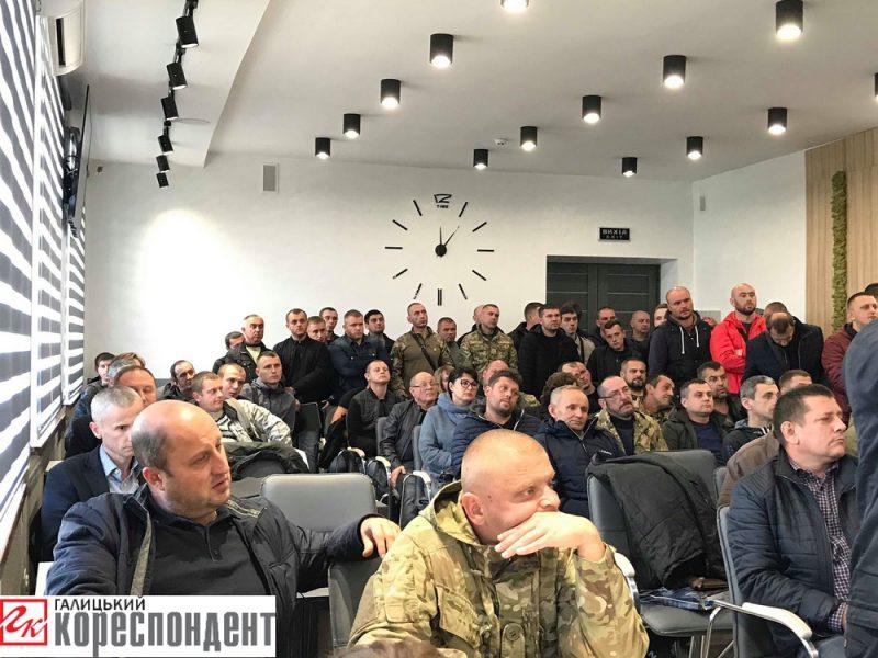 Десятки атовців пішли до мера Франківська: хочуть будуватись на Хоткевича (фото+відео)